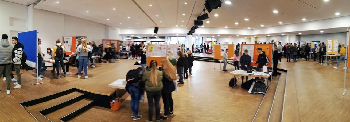 Blick über das Forum mit berufsorientierenden Ständen uns Schülerinnen und Schülern