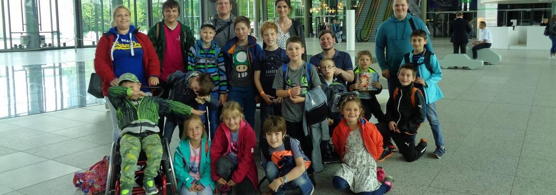 Gruppe mit Kinder der Ferienbetreuung beim Besuch in der Autostadt
