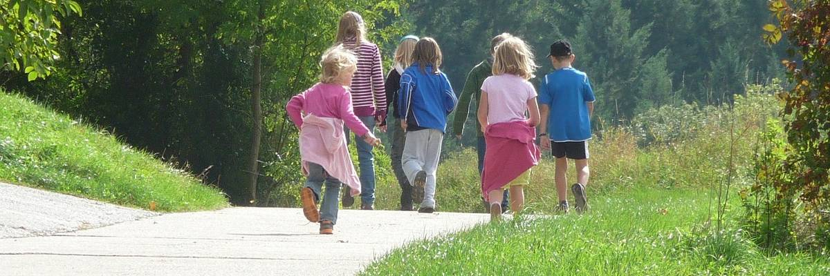 Kinder auf einem Wanderweg ©Pixabay