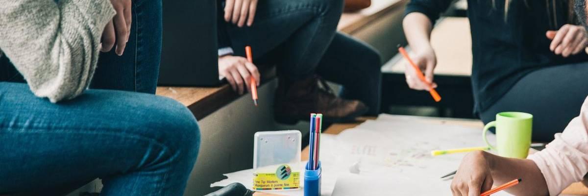 Bildausschnitt mit einem Tisch mit Stiften, Papier und Tassen ©Pixabay