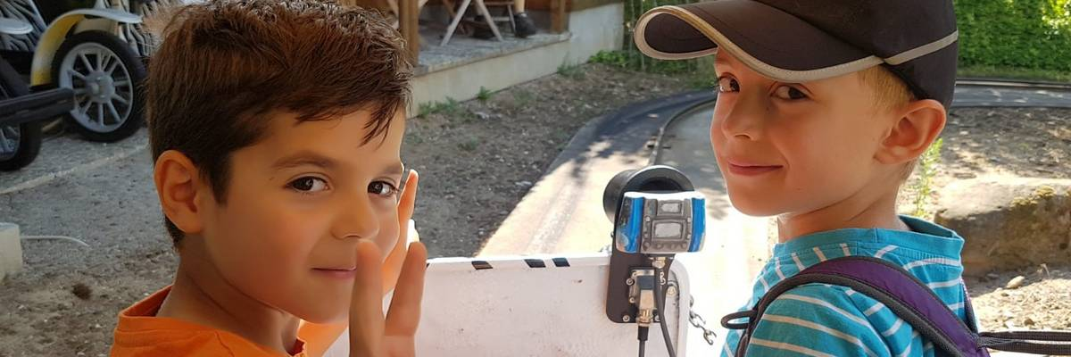 Zwei Jungs schauen rückwärts in die Kamera ©Stadt Laatzen