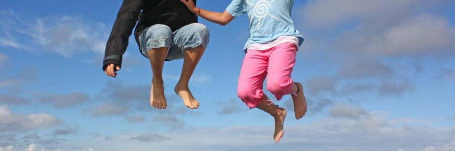 Zwei springende Kinder