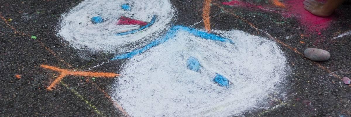 Ein Schneemann wurde mit Kreide auf den Asphalt gemalt ©Pixabay