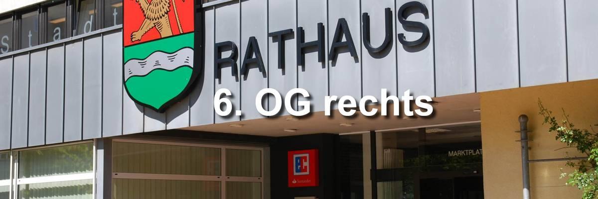 """Eingang des Rathauses. Darüber ist ein Schriftzug """"Rathaus 6. OG"""" gelegt ©Stadt Laatzen"""