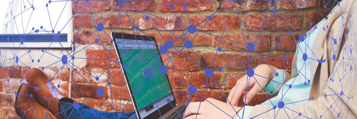 Eine Jugendliche hat die Beine hochgelegt und arbeitet an einem Laptop. ©Pixabay