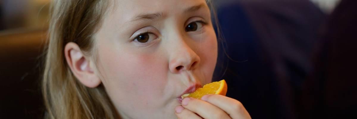 Mädchen ist eine Orangenscheibe ©Pixabay