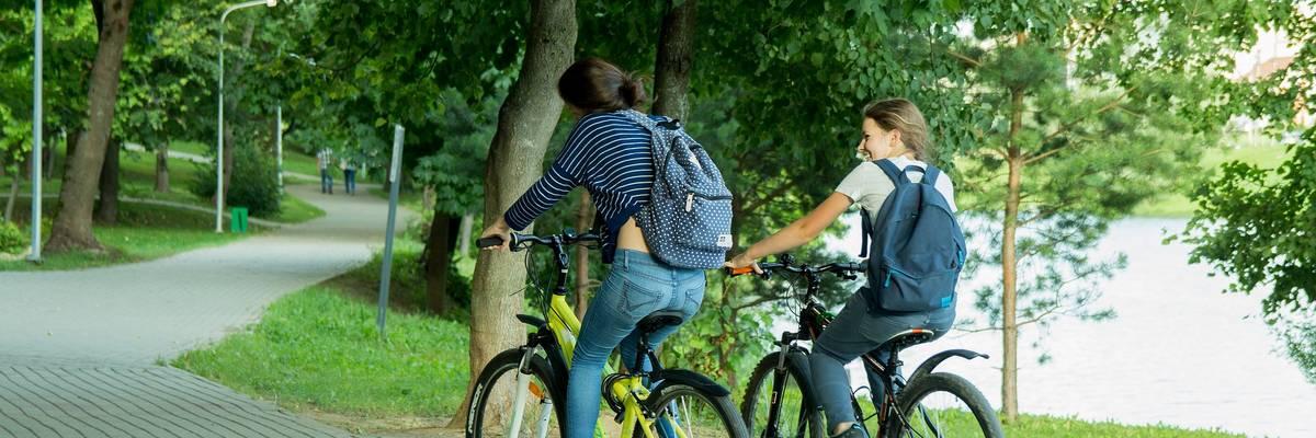 Zwei jugendliche Mädchen auf Fahrrädern ©Pixabay