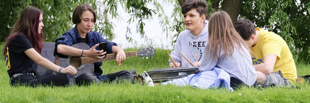 Mehrere Jugendliche sitzten auf einer Wiese im Kreis ©Pixabay