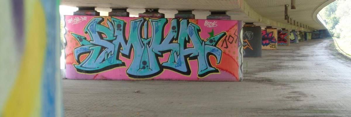Beton-Brückenpfeiler  unter der Bundesstraße sind mit Graffiti besprüht ©Stadt Laatzen