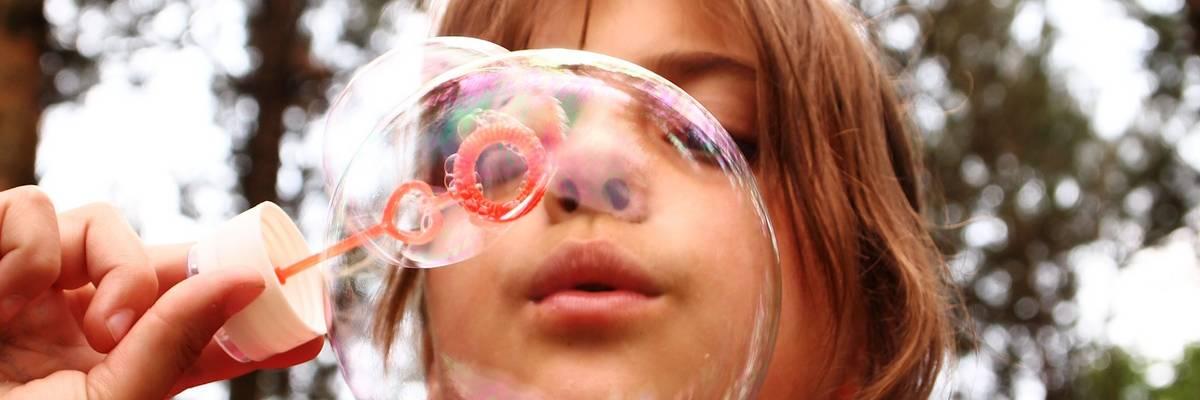 Kind pustet eine Seifenblase ©Pixabay