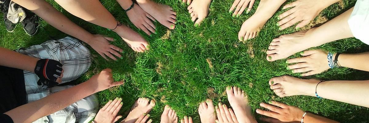 Viele Hände und Füße bilden einen Kreis ©Pixabay © Pixabay