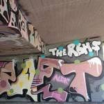 mit Graffiti besprühter Brückenpfeiler