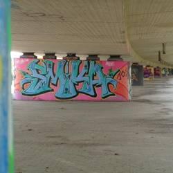 Beton-Brückenpfeiler  unter der Bundesstraße sind mit Graffiti besprüht