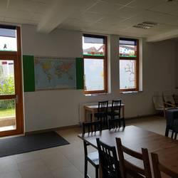 Gruppenraum mit Blick auf die Terassentür und zwei Fenster