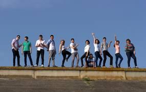 viele Jugendliche stehen auf einer Mauer