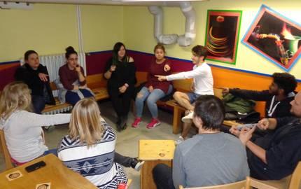 Jugendliche sitzen in einem Kreis und zeigen aufeinander ©Stadt Laatzen