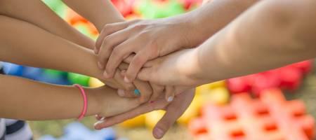Kinderhände bilden eine Einheit ©Katrin Förster