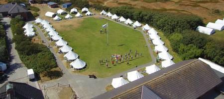 Luftaufnahme eines Feriendorfes mit weißen Zelten