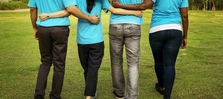 Vier junge Menschen gehen Arm in Arm ©Pixabay