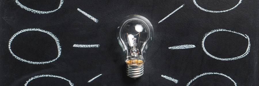 Mindmap, Tafel mit Gedankenwolken und einer Glühbirne