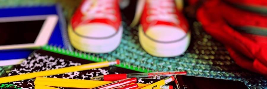 Turnschuhe, Bücher, Stifte