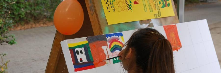 Mädchen malt an einer Leinwand