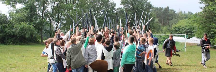 Gruppe von Jungen mit Holzschwertern