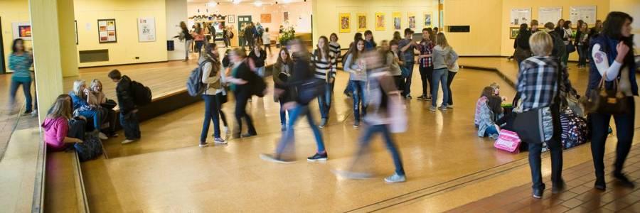 Schülerinnen und Schüler im Forum der Albert-Einstein-Schule